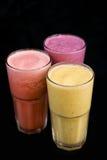 Frappe för blandningfruktfruktsaft på svart bakgrund royaltyfria foton