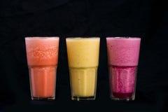 Frappe för blandningfruktfruktsaft på svart bakgrund arkivbild