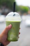 Frappe för smoothie för is för grönt te för handinnehavkopp Arkivfoto