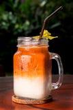 Frappe hecho en casa del té de la leche helada en vidrio en la tabla de madera, primer fotos de archivo libres de regalías
