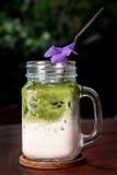 Frappe hecho en casa del té verde de la leche en vidrio en la tabla de madera, closeu fotos de archivo libres de regalías