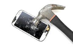 Frapper avec le marteau pour téléphoner l'écran sur le fond blanc Image libre de droits