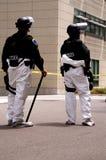Frapper-hazmat-deux-officiers Images libres de droits