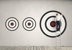 Frapper la cible de plus grandes affaires illustration stock