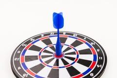 Frapper le dard bleu central a tiré dans le concept de réussite commerciale Image libre de droits