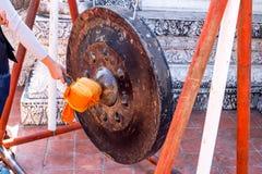 Frapper le gong dans le temple Image libre de droits