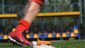 Frappez la boule, mouvement lent, le football banque de vidéos
