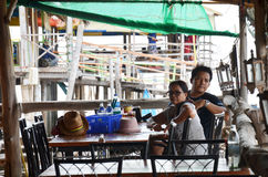 Frappez la nourriture de attente de femme de KhunThai au restaurant de Khun Thian de coup Photos stock