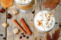 Frappuccino d'épice de potiron avec la crème fouettée photo libre de droits