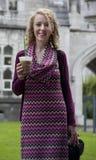 frappuccino potable de sourire d'étudiant Photos libres de droits