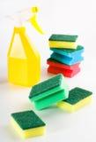 Frasco amarelo do pulverizador e esponjas coloridos Imagens de Stock