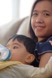 Frasco bebendo do bebê fotografia de stock