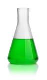 Frasco cónico del laboratorio con el líquido verde Foto de archivo