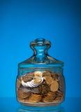 Frasco cheio com moedas Fotos de Stock Royalty Free