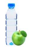 Frasco com água e a maçã verde isoladas Fotos de Stock