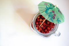 Frasco com morangos em um fundo branco 4 fotografia de stock royalty free