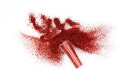 Frasco com o brilho vermelho derramado mágico, brilho vermelho celestial que derrama fora de um frasco isolado no fundo branco imagem de stock royalty free