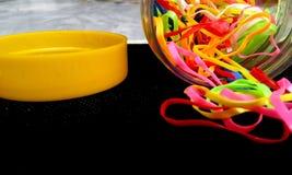 Frasco completamente de ruuber-faixas coloridas Fotos de Stock