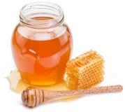 Frasco completamente do mel e dos favos de mel frescos Fotografia de Stock Royalty Free