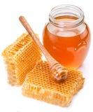 Frasco completamente do mel e dos favos de mel frescos Imagens de Stock Royalty Free