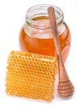 Frasco completamente do mel e dos favos de mel frescos Foto de Stock Royalty Free