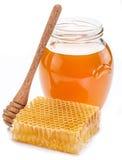 Frasco completamente do mel e dos favos de mel frescos Imagens de Stock