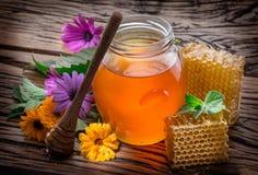 Frasco completamente do mel e dos favos de mel frescos Imagem de Stock Royalty Free