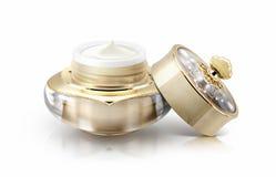 Frasco cosmético da única coroa dourada no branco Foto de Stock Royalty Free