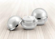 Frasco cosmético da esfera de prata na madeira Fotografia de Stock
