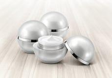Frasco cosmético da esfera de prata na madeira Fotos de Stock