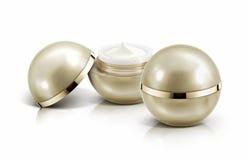 Frasco cosmético da esfera dois dourada no branco Fotos de Stock Royalty Free