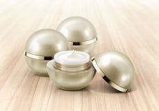 Frasco cosmético da esfera dourada na madeira Imagem de Stock