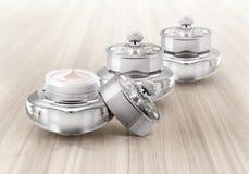Frasco cosmético de luxe de prata na madeira Imagem de Stock