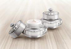 Frasco cosmético de luxe de prata na madeira Foto de Stock Royalty Free