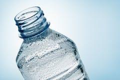 Frasco da água com gota Fotos de Stock Royalty Free