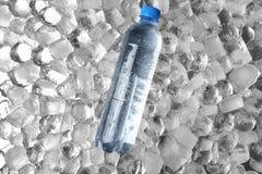 Frasco da água em cubos de gelo fotos de stock
