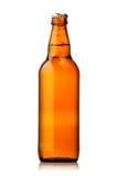 Frasco da cerveja com gotas no fundo branco. Fotos de Stock