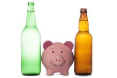 Frasco da cerveja e da cidra com banco piggy imagens de stock