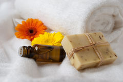 Frasco da essência da flor e do sabão cru Imagens de Stock Royalty Free