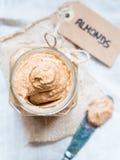 Frasco da manteiga caseiro orgânica da amêndoa foto de stock royalty free