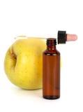 Frasco de Brown com o conta-gotas na frente da maçã Foto de Stock