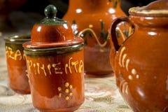 Frasco de cerâmica para a pimenta (palavra escrita no espanhol) ao lado do outro tipo dos frascos Imagem de Stock Royalty Free