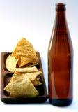 Frasco de cerveja com comer insalubre Imagem de Stock