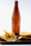 Frasco de cerveja com comer insalubre Fotografia de Stock Royalty Free