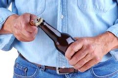 Frasco de cerveja da abertura do homem Fotografia de Stock Royalty Free