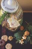 Frasco de cookie e ornamento do anjo imagem de stock