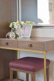 Frasco de cristal de Jewery com moldura para retrato e flores na tabela de molho Fotografia de Stock