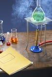 Frasco de la calefacción de la hornilla de Bunsen con el equipo de la ciencia en laboratorio Fotografía de archivo libre de regalías