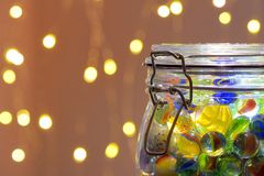 Frasco de luzes dos mármores e de Natal fotos de stock royalty free
