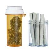 Frasco de marijuana y de cigarrillos de marijuana médicos Foto de archivo libre de regalías